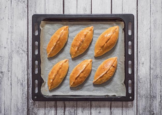 Traditionelle heiße russische pastetchen mit kohl nur aus dem ofen.