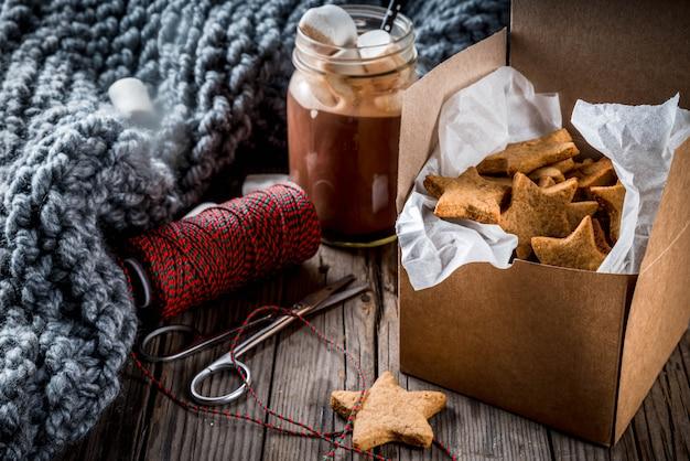 Traditionelle herbst-winter-getränke und leckereien. tasse heiße schokolade mit marshmallow