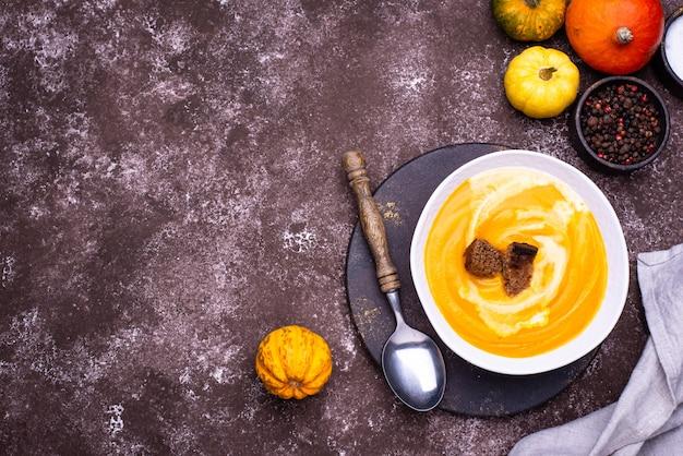 Traditionelle herbstkürbiscremesuppe mit saurer sahne