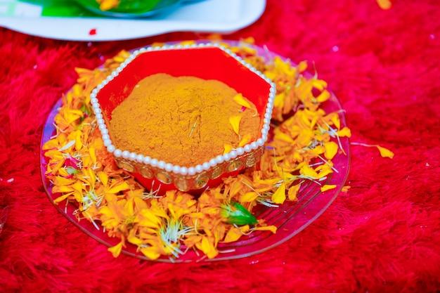 Traditionelle hochzeitszeremonie im hinduismus kurkuma im teller für die haldi-zeremonie