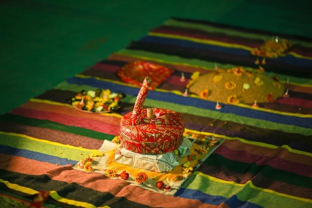 Traditionelle hochzeitszeremonie im hinduismus: puja thali und dekoration