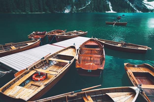 Traditionelle hölzerne ruderboote auf alpinem pragser see im sommer lago di braies in dolomiten europa