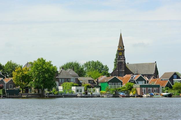 Traditionelle holländische häuser in der nähe des kanals am sommertag. niederlande