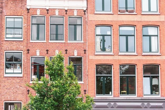 Traditionelle holländische mittelalterliche häuser in amsterdams hauptstadt der niederlande