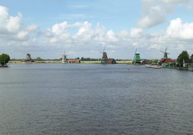 Traditionelle holländische windmühlen am wasser von zaanse schans, niederlande