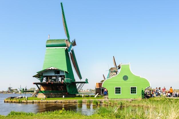 Traditionelle holländische windmühlen in zaanse schans, die niederlande