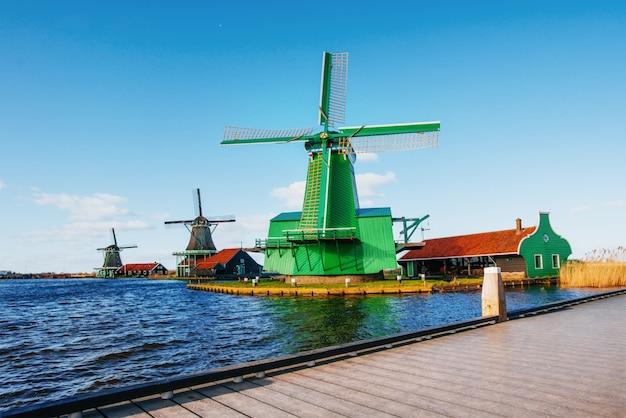 Traditionelle holländische windmühlen vom kanal rotterdam.