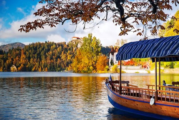 Traditionelle holzboote auf dem bleder see slowenien erstaunliche aussicht auf den bleder see?