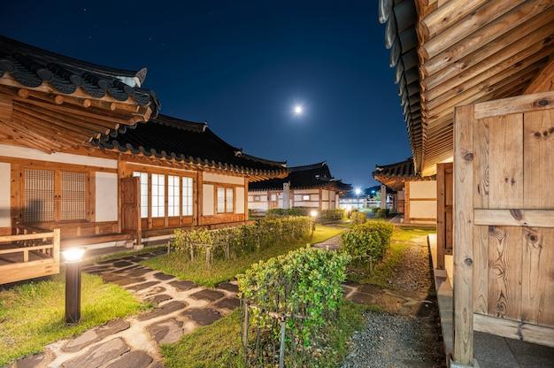Traditionelle holzhausbeleuchtung der architektur mit blauem himmel an dorf ojuk hanok