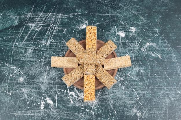 Traditionelle holzplatte für spröde bonbons.