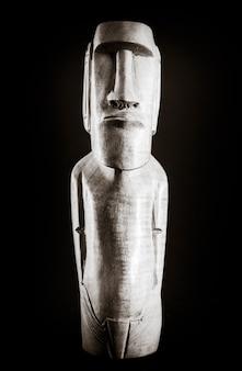 Traditionelle holzstatue eines moai von der osterinsel. schwarz und weiß.