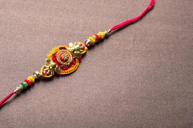 Traditionelle indische festivaldekoration auf strukturiertem braunem hintergrund