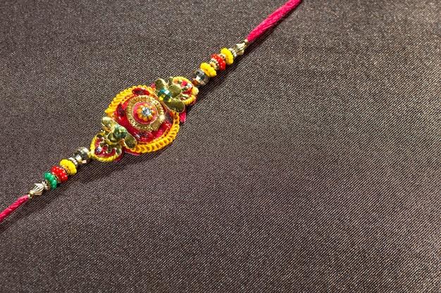Traditionelle indische festivaldekoration auf strukturiertem dunkelbraunem hintergrund