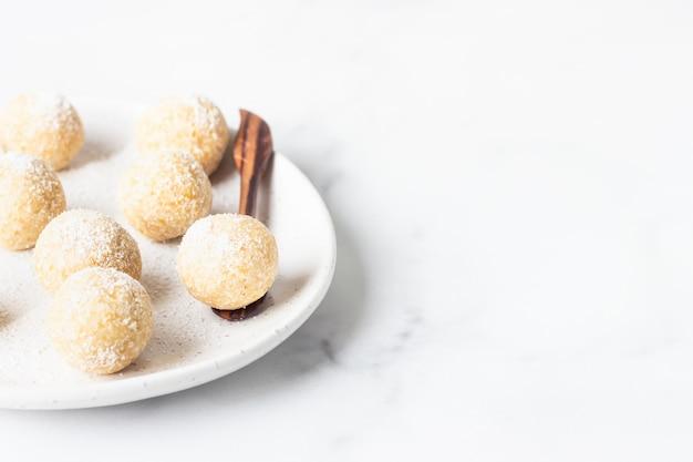 Traditionelle indische festsüßigkeiten mit kokosflocken