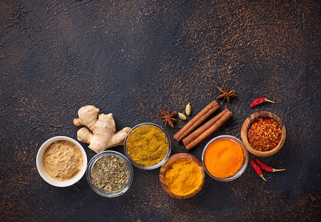 Traditionelle indische gewürze auf rostigem hintergrund