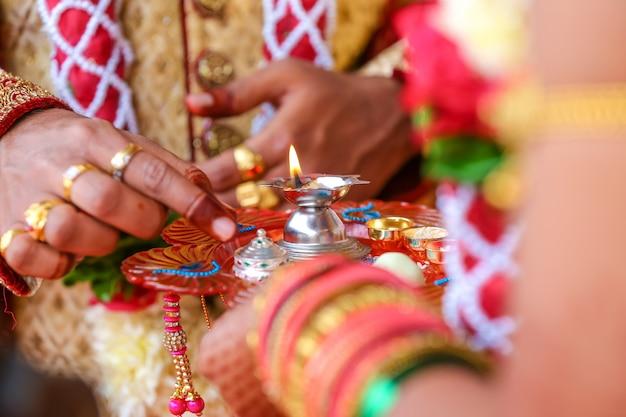Traditionelle indische hochzeitszeremonie, bräutigam, der brauthand hält