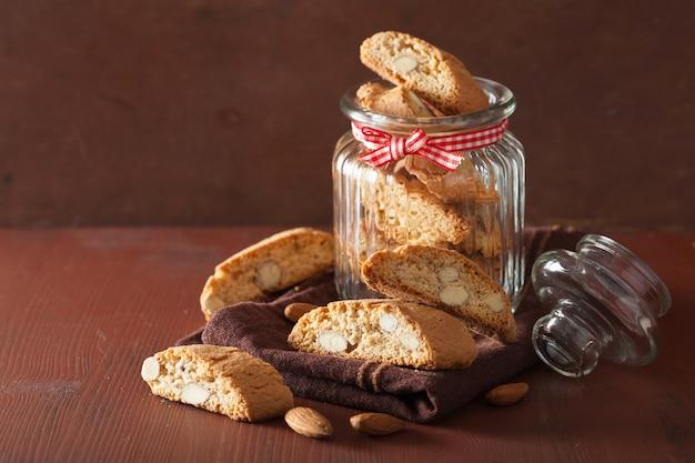 Traditionelle italienische cantuccini-kekse im glas