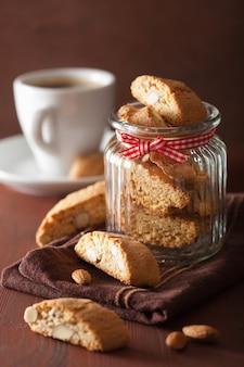 Traditionelle italienische cantuccini-kekse und kaffee
