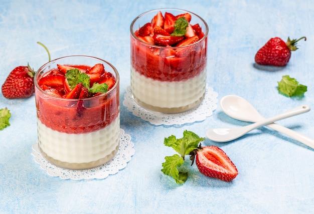 Traditionelle italienische dessert vanille erdbeer panna cotta
