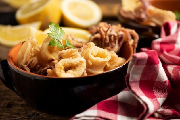 Traditionelle italienische gebratene calamari und zitronenscheibe hautnah
