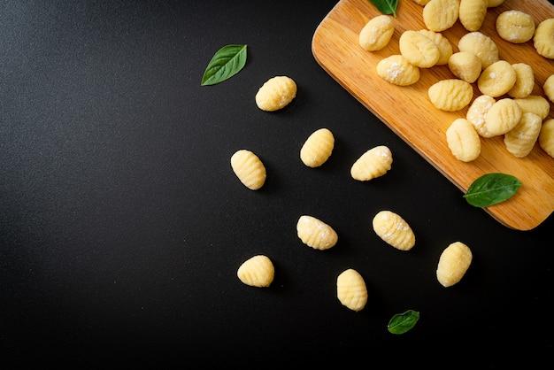 Traditionelle italienische gnocchi-nudeln - ungekocht