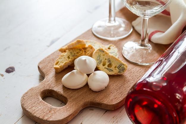 Traditionelle italienische kekse serviert mit wein