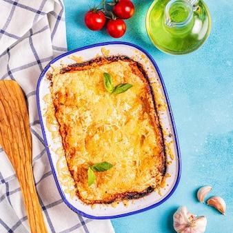 Traditionelle italienische lasagne mit gemüse, hackfleisch und käse, draufsicht, kopierraum.