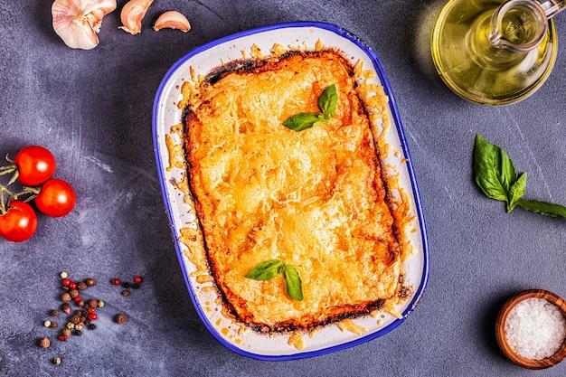 Traditionelle italienische lasagne mit gemüse, hackfleisch und käse