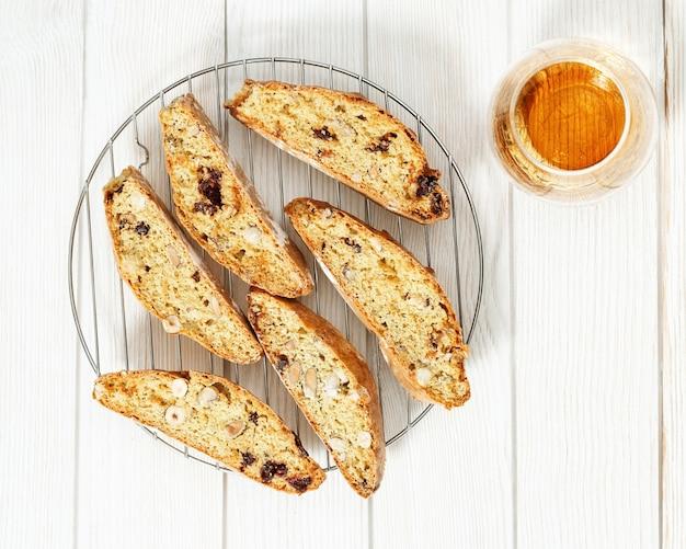 Traditionelle italienische mandel-cantuccini-kekse und süßer wein vin santo. hausgemachte süße dessert biscotti