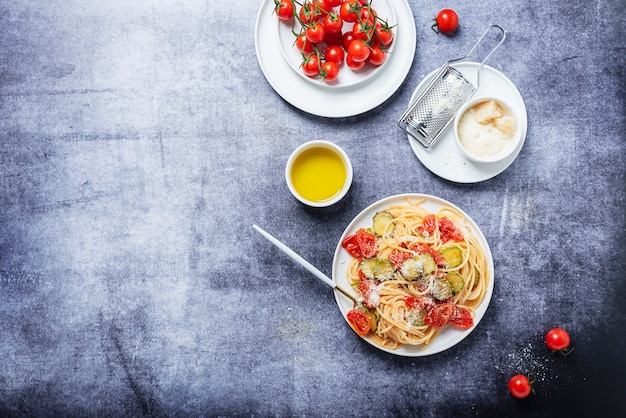 Traditionelle italienische pasta mit tomaten, zucchini und parmesan