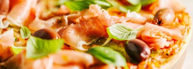 Traditionelle italienische pizza auf dem tisch