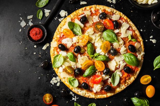 Traditionelle italienische pizza auf dunkler tabelle