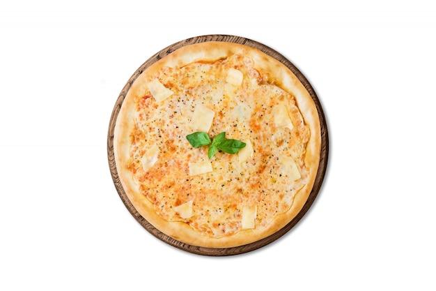 Traditionelle italienische pizza drei käse auf dem hölzernen brett lokalisiert auf weißem hintergrund für menü