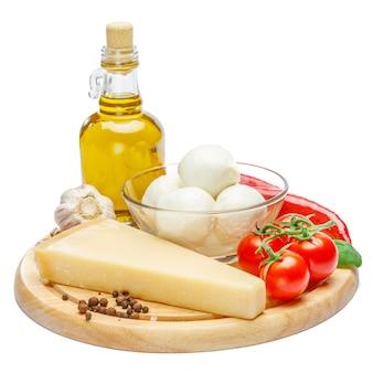 Traditionelle italienische produkte parmesan oder parmigiano und mozarella auf schneidebrett