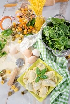 Traditionelle italienische ravioli gefüllt mit spinat