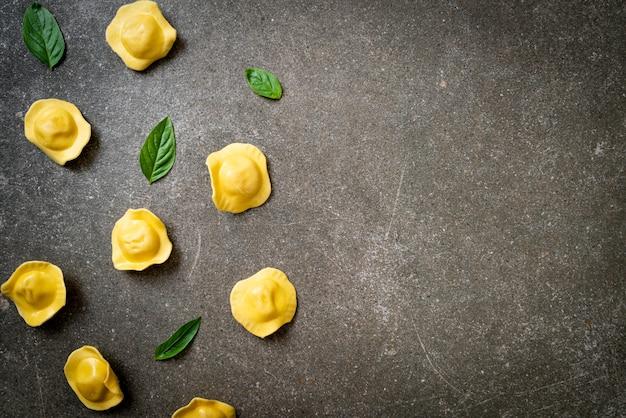Traditionelle italienische ravioli-nudeln - italienische küche