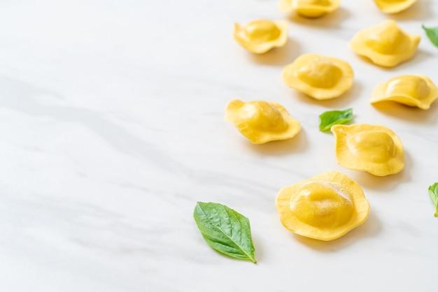 Traditionelle italienische ravioli-nudeln