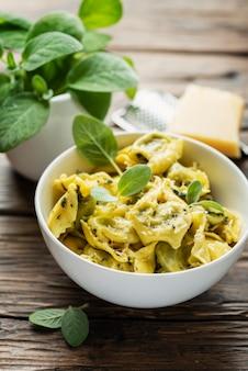 Traditionelle italienische raviolli mit salbei