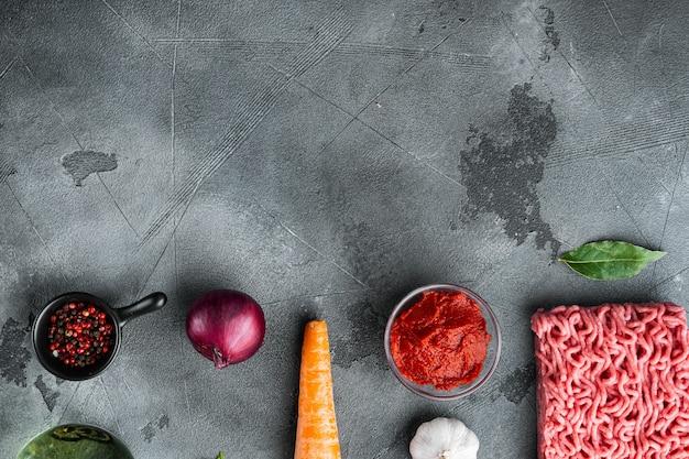 Traditionelle italienische tomatensauce bolognese mit zutaten, hackfleisch tomate und kräutern