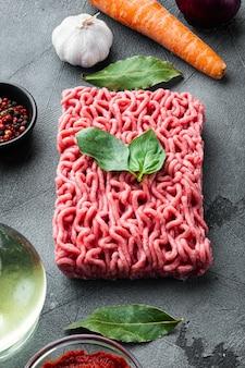 Traditionelle italienische tomatensauce bolognese mit zutaten, hackfleisch Premium Fotos