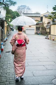 Traditionelle japanische kleidung der touristischen abnutzung