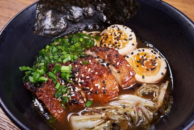Traditionelle japanische suppenramen, nudeln, geschnittene chiken, eier. nahansicht.