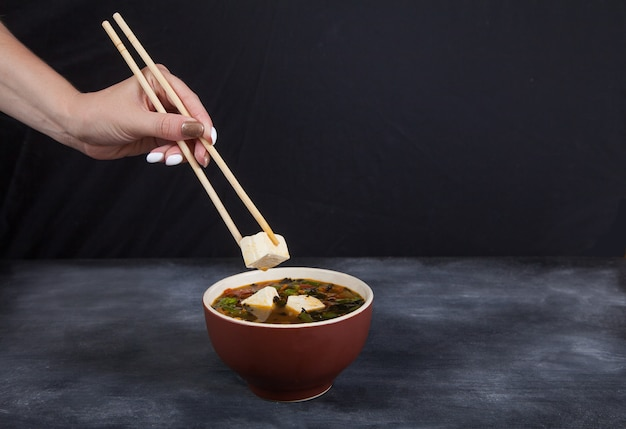 Traditionelle japanische tofukäsesuppe.