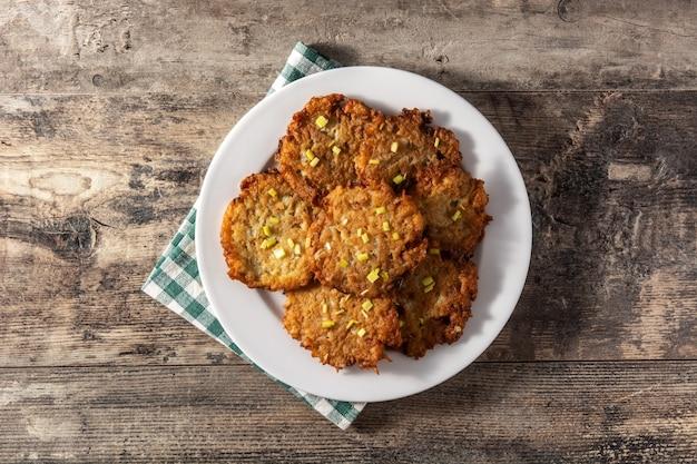 Traditionelle jüdische latkes oder kartoffelpuffer auf holztisch