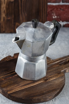 Traditionelle kaffeemaschine. moka-topf