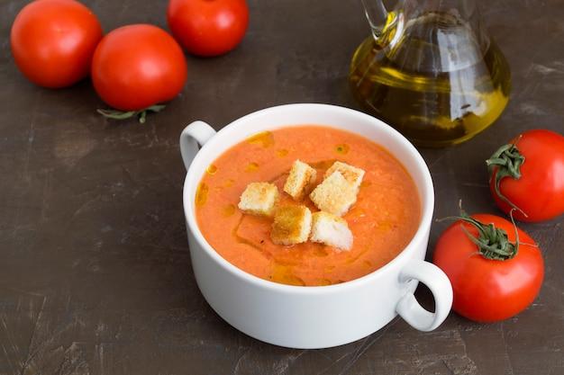Traditionelle kalte gazpachosuppe. spanische, mediterrane küche.