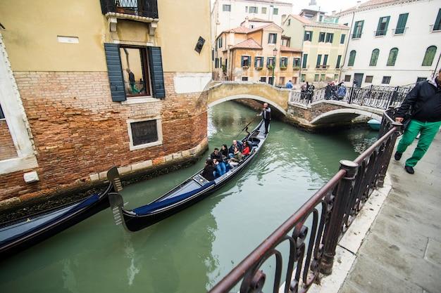 Traditionelle kanalstraße mit gondel in der stadt venedig, italien