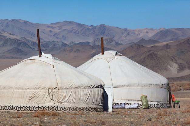 Traditionelle kasachische jurten auf sommerweiden nomadenlebensstil berglandschaft