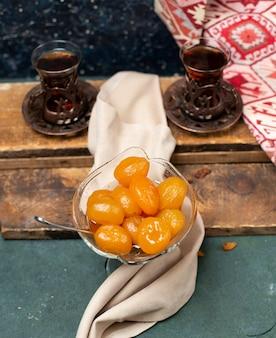 Traditionelle kastanienkonfitüre mit zwei gläsern tee