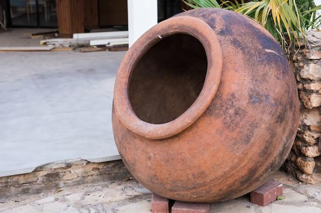 Traditionelle keramikkrüge. dekoration in der nähe des restaurants im freien
